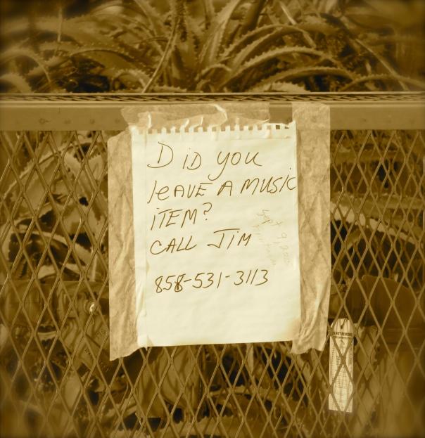 Cartaz colado em uma praça em La Jolla, California, avisando a pessoa que esqueceu um mp3 player para ligar para a pessoa que o encontrou.