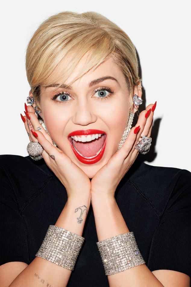 Atriz e cantora Miley Cyrus exibindo sorriso lindo